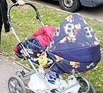 Papildināta – Nelegālo alkoholu pārvadā bērnu ratiņos