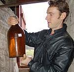 """""""Vēžu"""" vīna darināšanas gudrībās rokoties"""