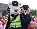 Policisti stājas skolasbērnu sardzē