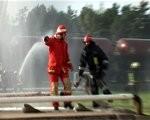 Vaiņodnieks āzē ugunsdzēsējus