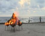 Ar uguni atceras senčus un lūdz par jūru