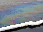 Papildināts – Karostas kanālā noplūduši naftas produkti