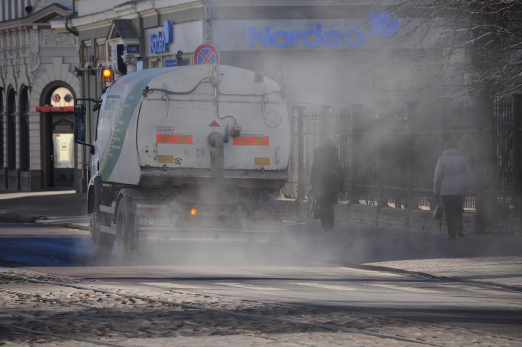 Joprojām turpinās ziemā ielās izkaisīto smilšu vākšana