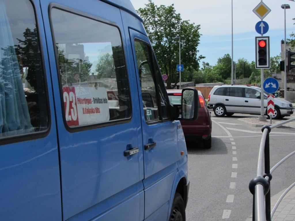 Braucēji sūrojas par satiksmes organizāciju Ganību un Ādu ielas krustojumā; atbildīgie problēmu nesaskata