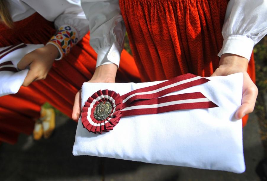 """Papildināts – Novērtē deju kolektīva """"Vērgalīte"""" tautastērpus; apbalvo arī liepājnieku Sandiju Kūlaini"""