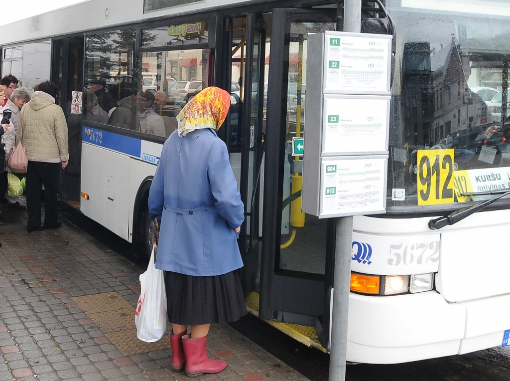No rītdienas 80 gadus un vecākiem cilvēkiem – sabiedriskais transports bez maksas