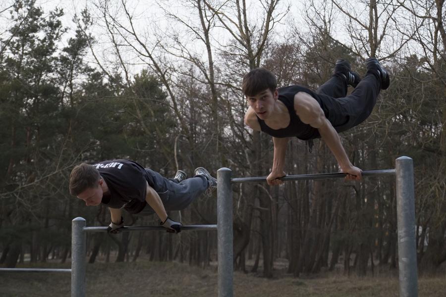 Ielu vingrotāji oriģinālā video rāda, ka sportot var jebkur