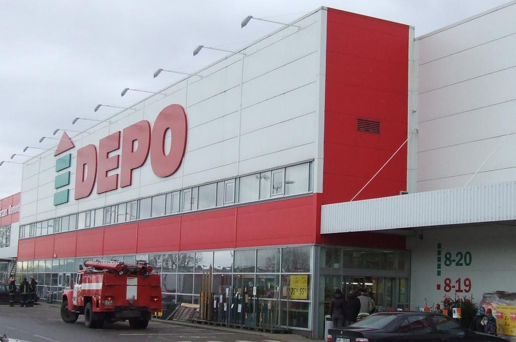 """Veikalā """"Depo"""" nostrādā trauksmes signalizācija; evakuē cilvēkus"""