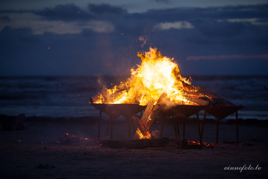 """Festivāla """"Via Baltica"""" noslēgumā – Senā uguns nakts Liepājas pludmalē"""