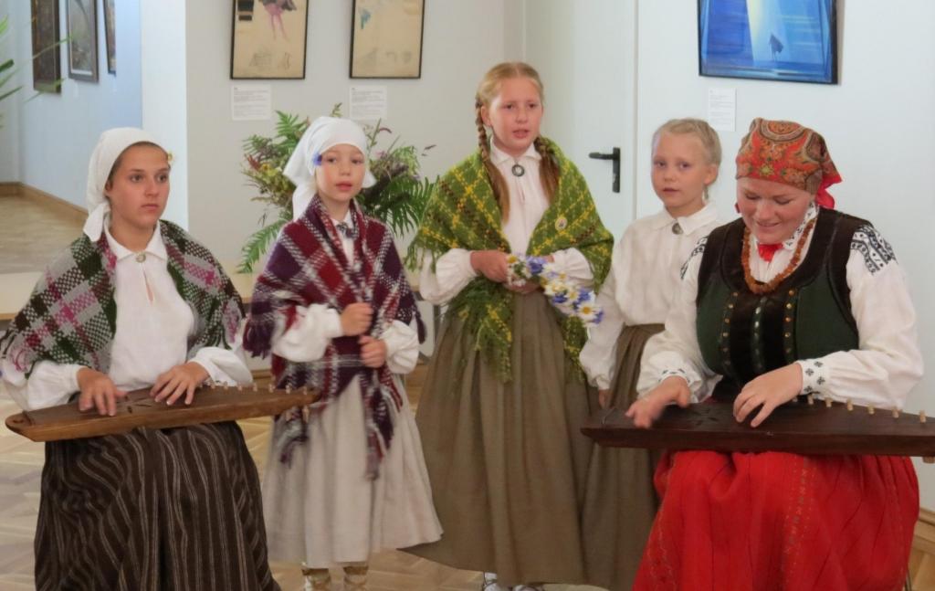 Skaidros bērnu un jauniešu tautastērpu valkāšanas tradīcijas