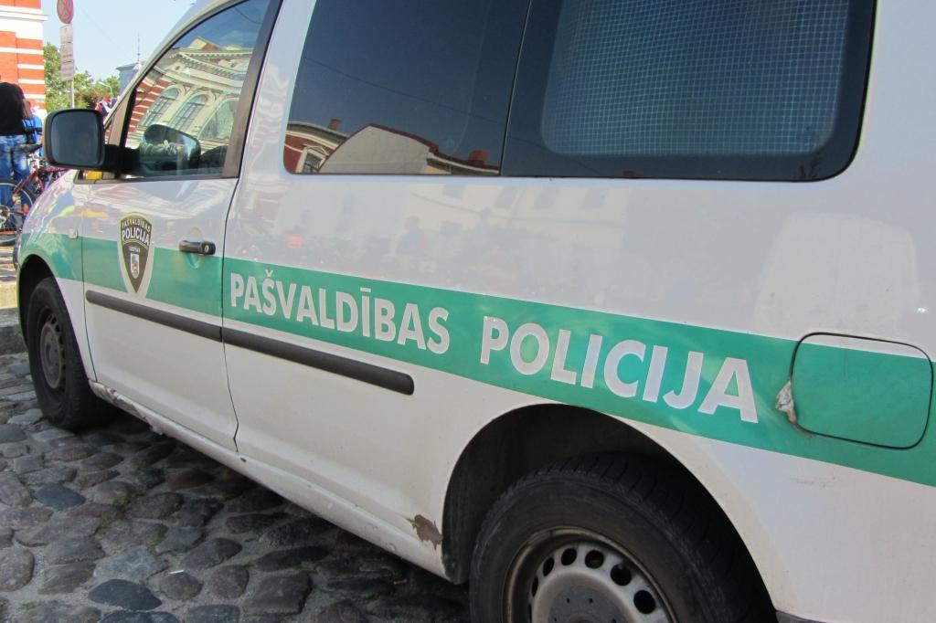 No policijas slēpjas krūmos
