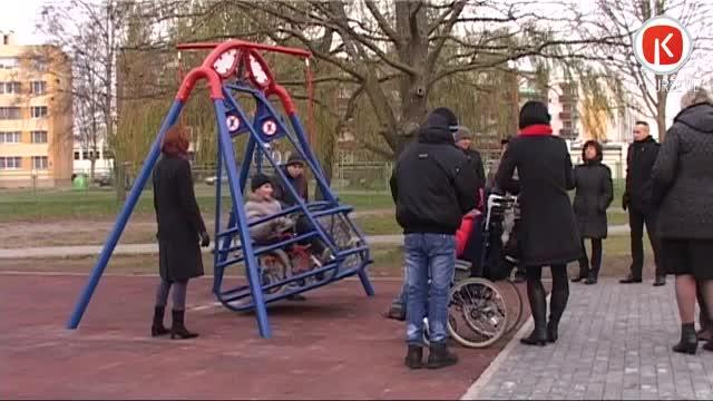 Šūpolēs ar ratiņkrēslu