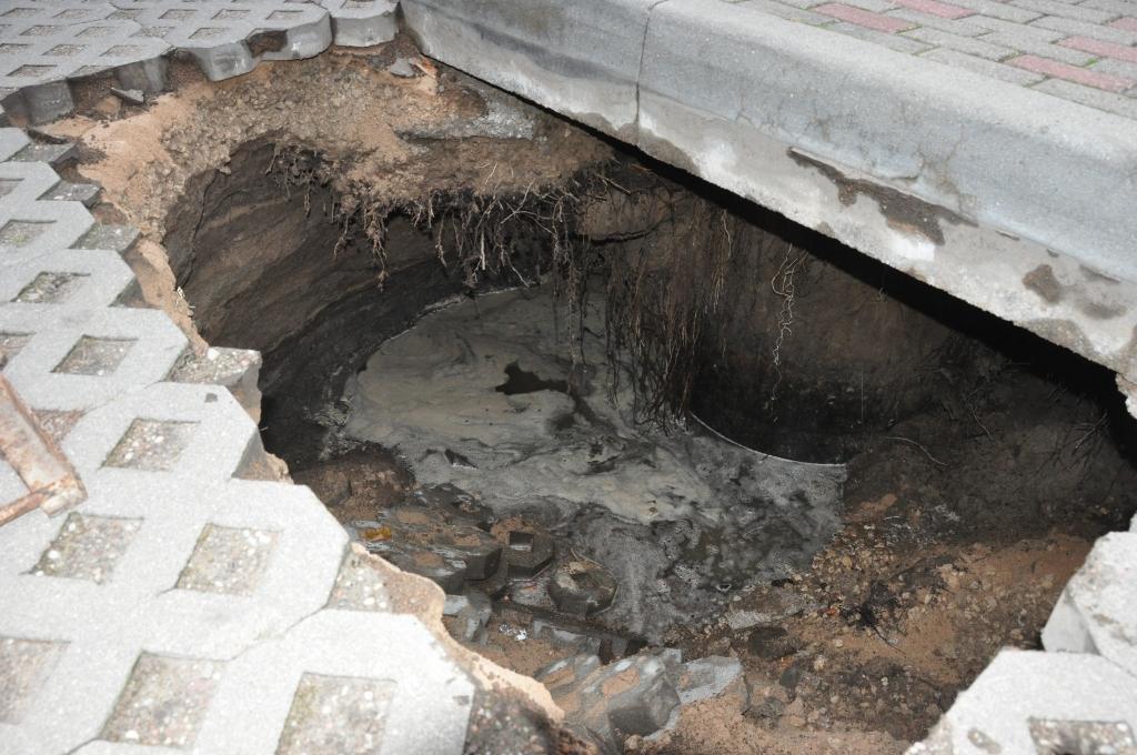 Caurums caurulē pazudina ielu