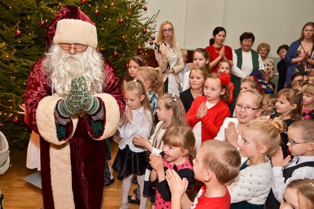 """Liepājas Bērnu un jaunatnes centra Ziemassvētku eglīte """"Vadugunī"""""""