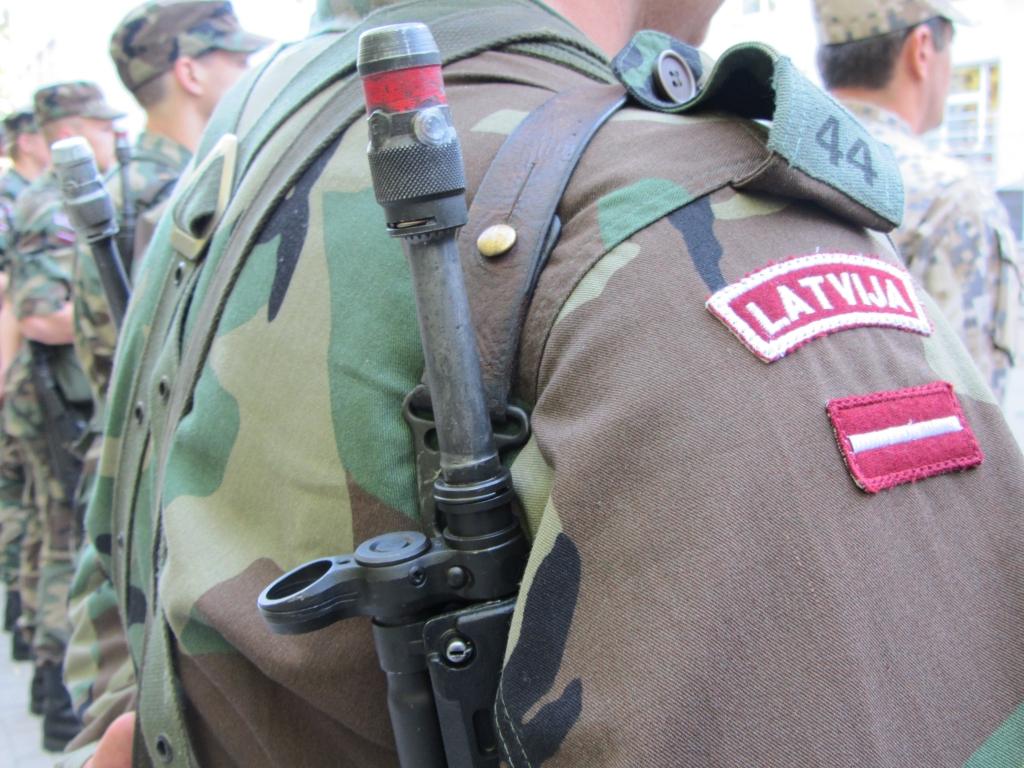 Plāno zemessargiem atļaut mājās glabāt ieročus