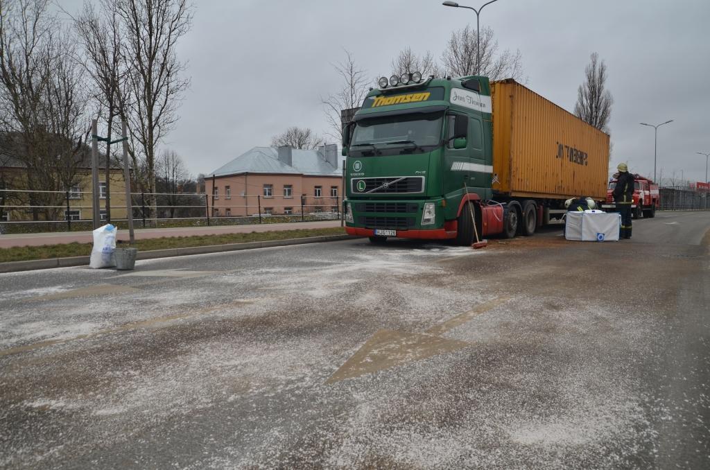 Papildināts (14:17) – Negadījumā izlijusi degviela; satiksme atjaunota