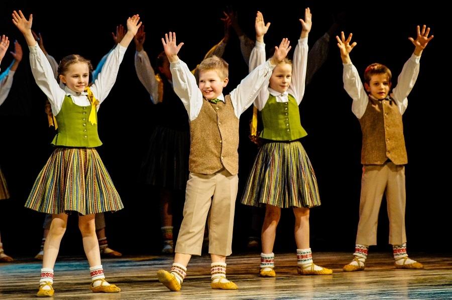 """Aicina uz 12. Bērnu tautas deju svētkiem """"Pilna sauja dzintariņu"""""""
