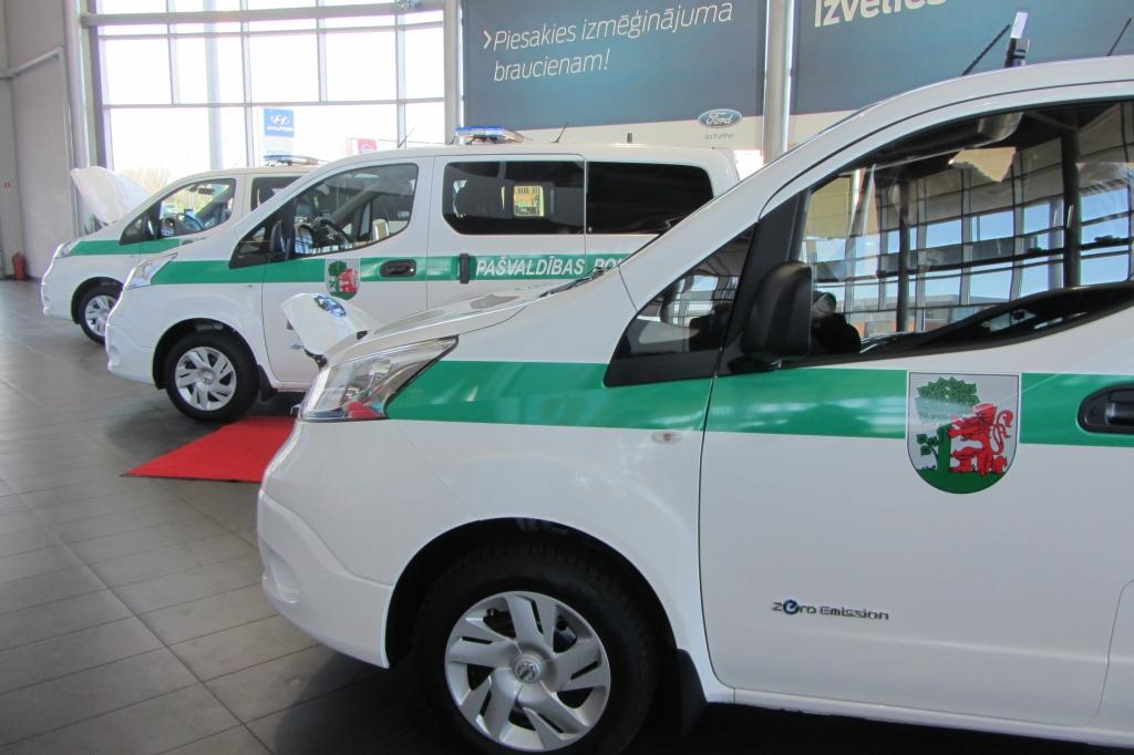Pašvaldības policija saņem trīs jaunos ilgi gaidītos elektromobiļus