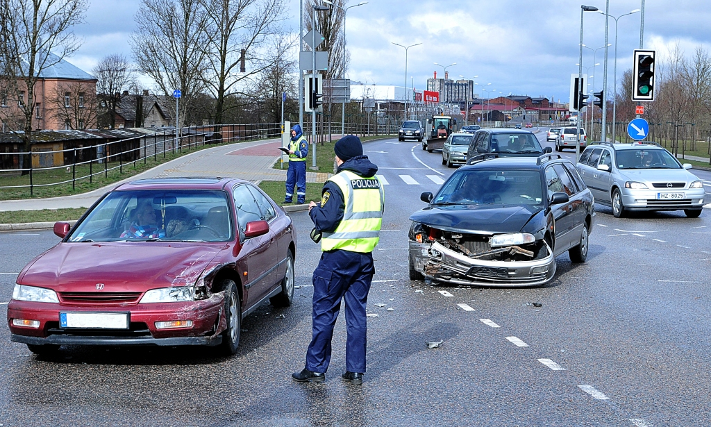 """Papildināts (17:23) – Negadījumu pie Jaunā tilta izraisījis """"Hondas"""" vadītājs, iebraucot krustojumā pie luksofora sarkanā signāla"""