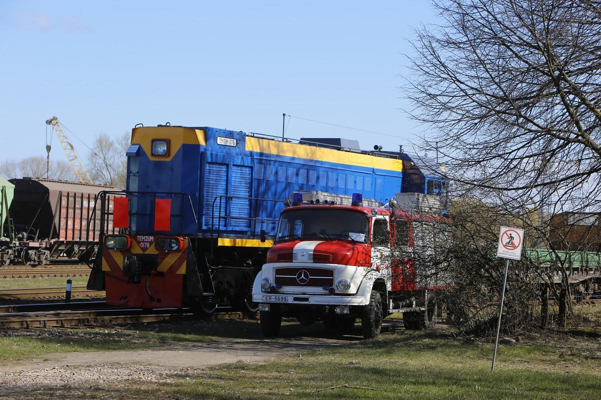 Trenējas ugunsgrēka dzēšanā uz dzelzceļa
