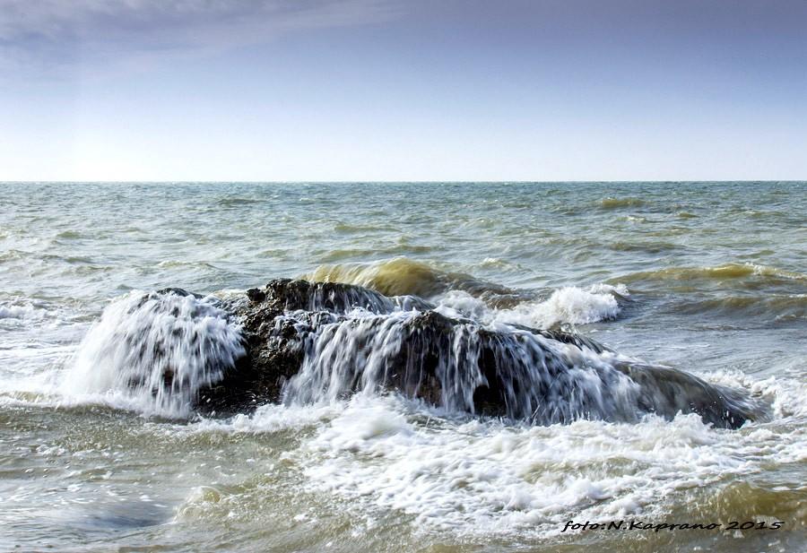 Papildināts – Jūrā apgāžas laiva, zvejnieki izglābjas