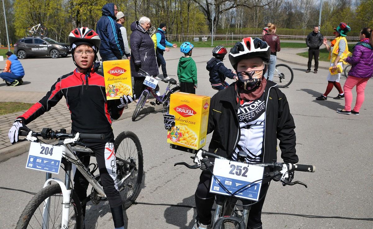 Dubļi velosportistus nenobaida