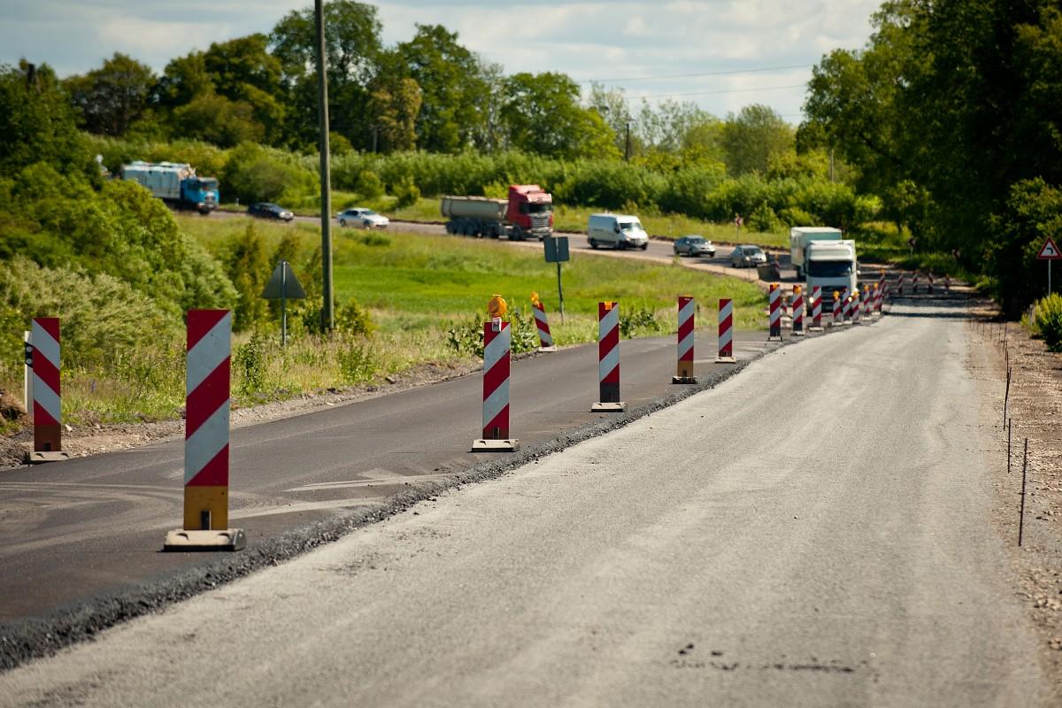 Sākusies reģionālā ceļa seguma atjaunošana pie Aizputes