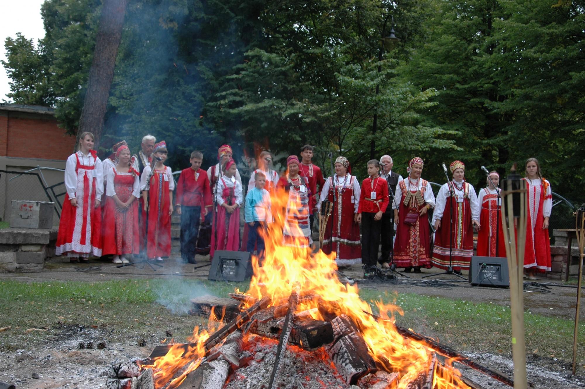 """Aizvadīts pirmais mazākumtautību pasākums """"Tautu draudzības ugunskurs Liepājā"""""""