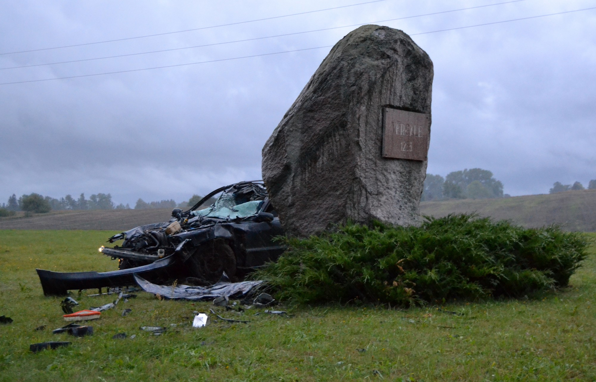 Ar svešu mašīnu ietriecas akmenī
