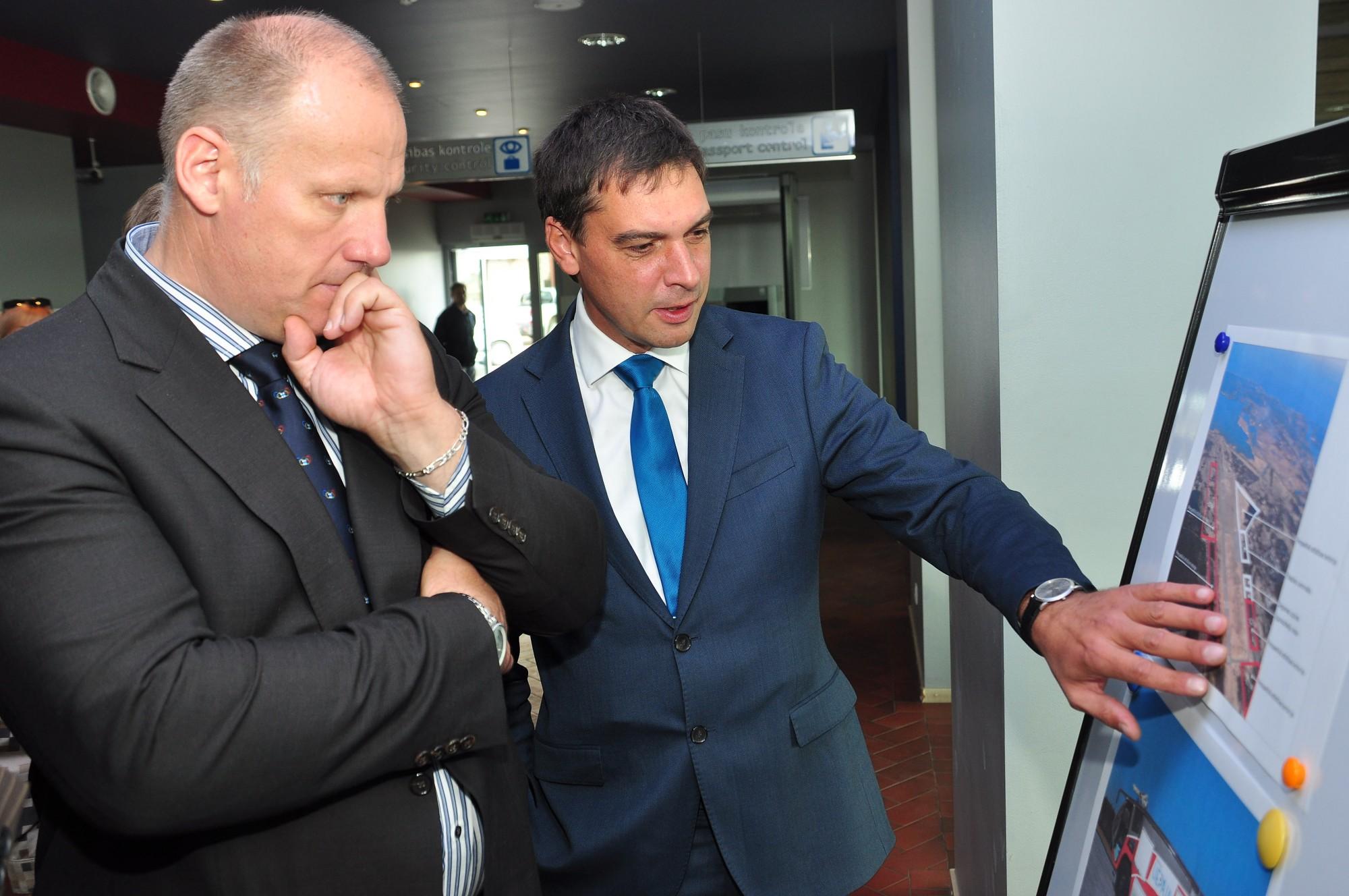 Aizsardzības ministrspirmajā vizītē Liepājā