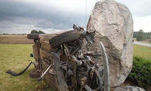 Papildināts (13:54) – Pāvilostas novadā autovadītājs ietriecas akmenī