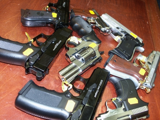 Papildināts – Policija atsavina ieročus un munīciju; aizturēti divi bezdarbnieki