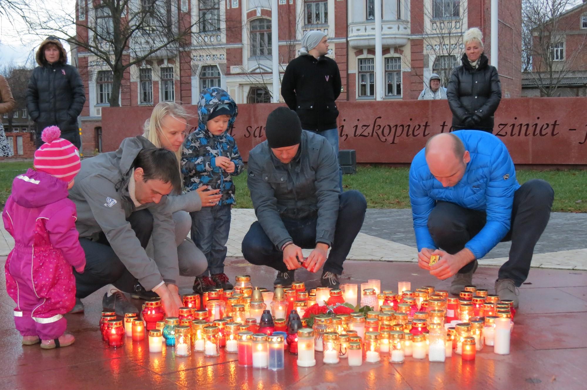 Ar iedegtām svecītēm piemin traģiskos notikumus Francijā un bažījas par drošību Latvijā