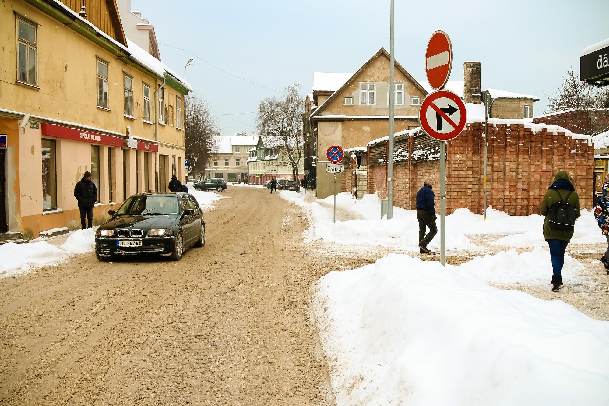 Sola uzstādīt papildus ceļa zīmi