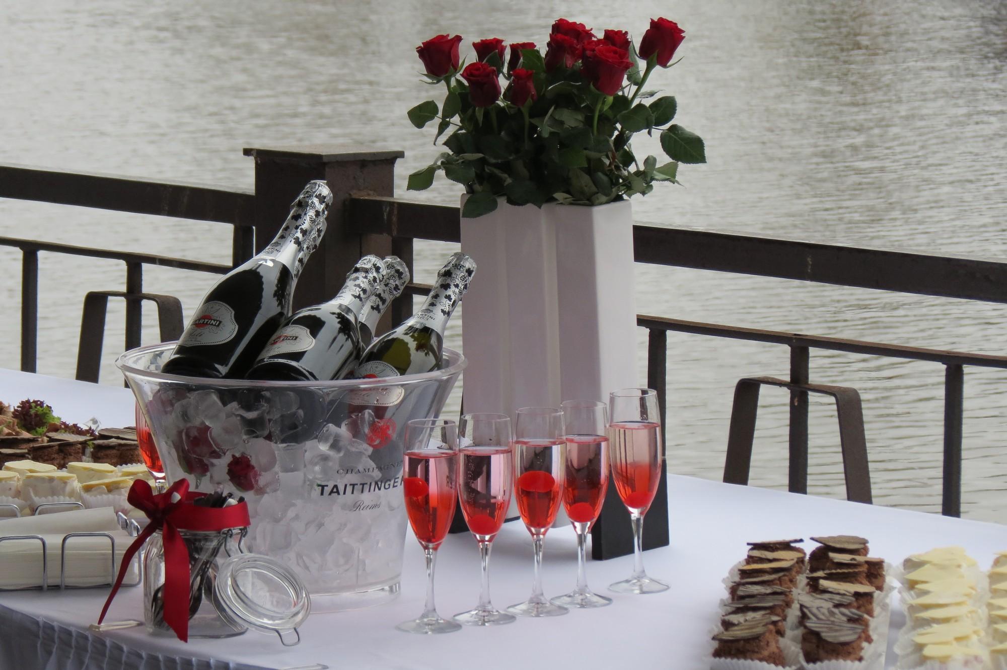 Nakti stāv rindā, lai Valentīndienā pieteiktu laulību reģistrāciju