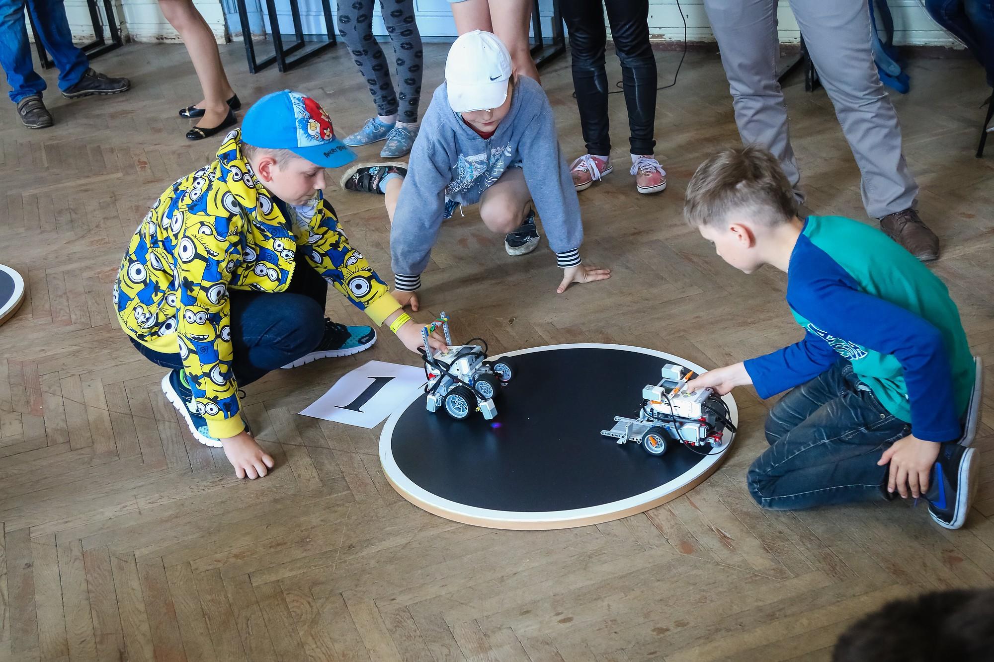 Sezonas noslēgumā robotu līnijsekotāju ātrumsacīkstes un sumo cīņas turnīrs