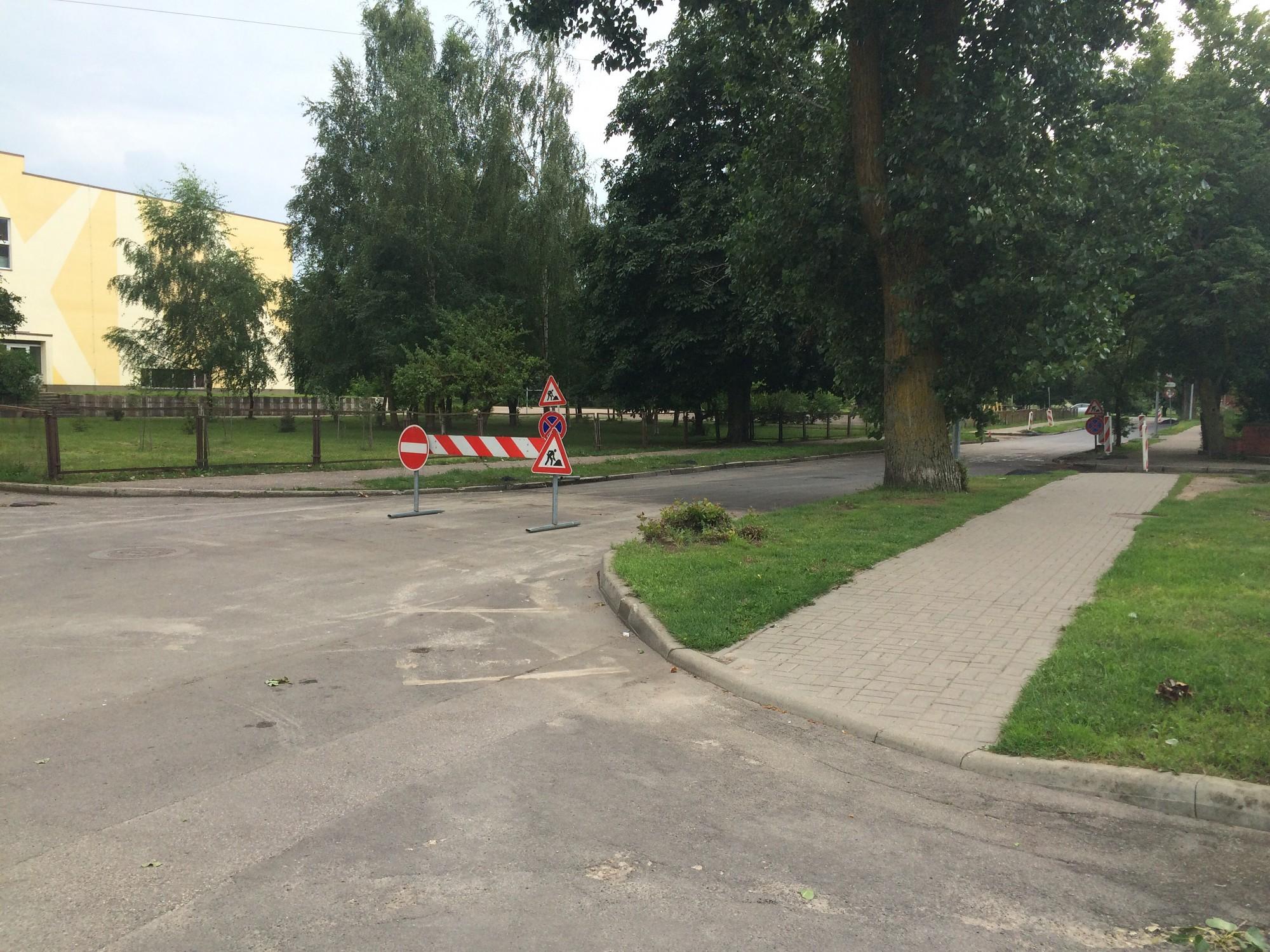 Rojas ielā remondarbu laikā izliktās zīmes mulsina autovadītājus