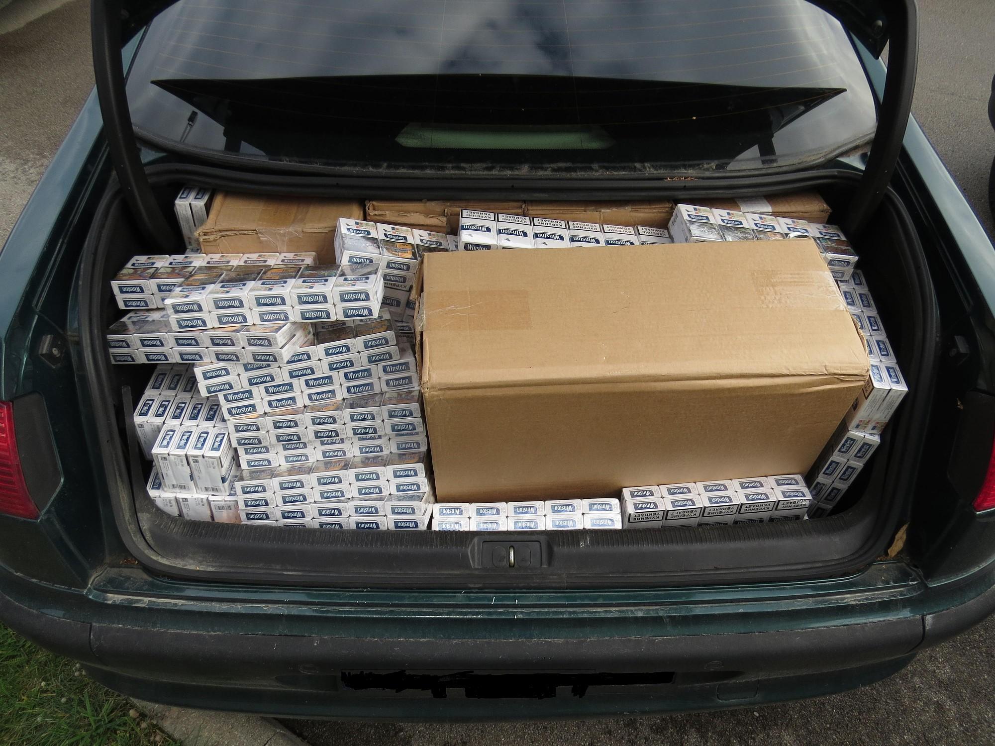 Durbes novadā automašīnā atrasts ievērojams daudzums nelegālo cigarešu