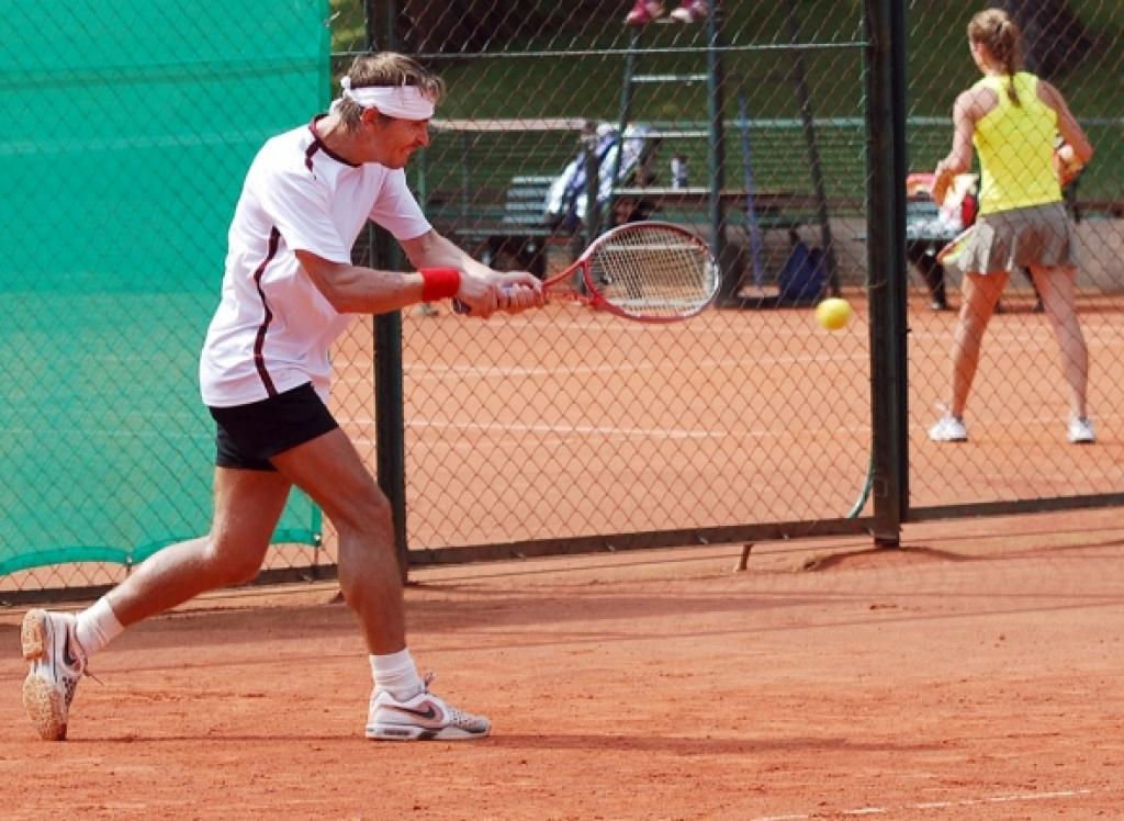 Atbalsta 1,55 miljonus eiro piešķiršanu slēgto tenisa kortu celtniecībai Liepājā