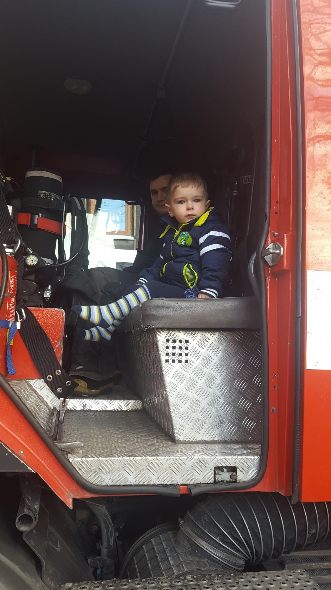 Mamma pateicas ugunsdzēsējiem