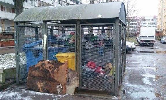 Atkritumi Cieceres ielā izvesti