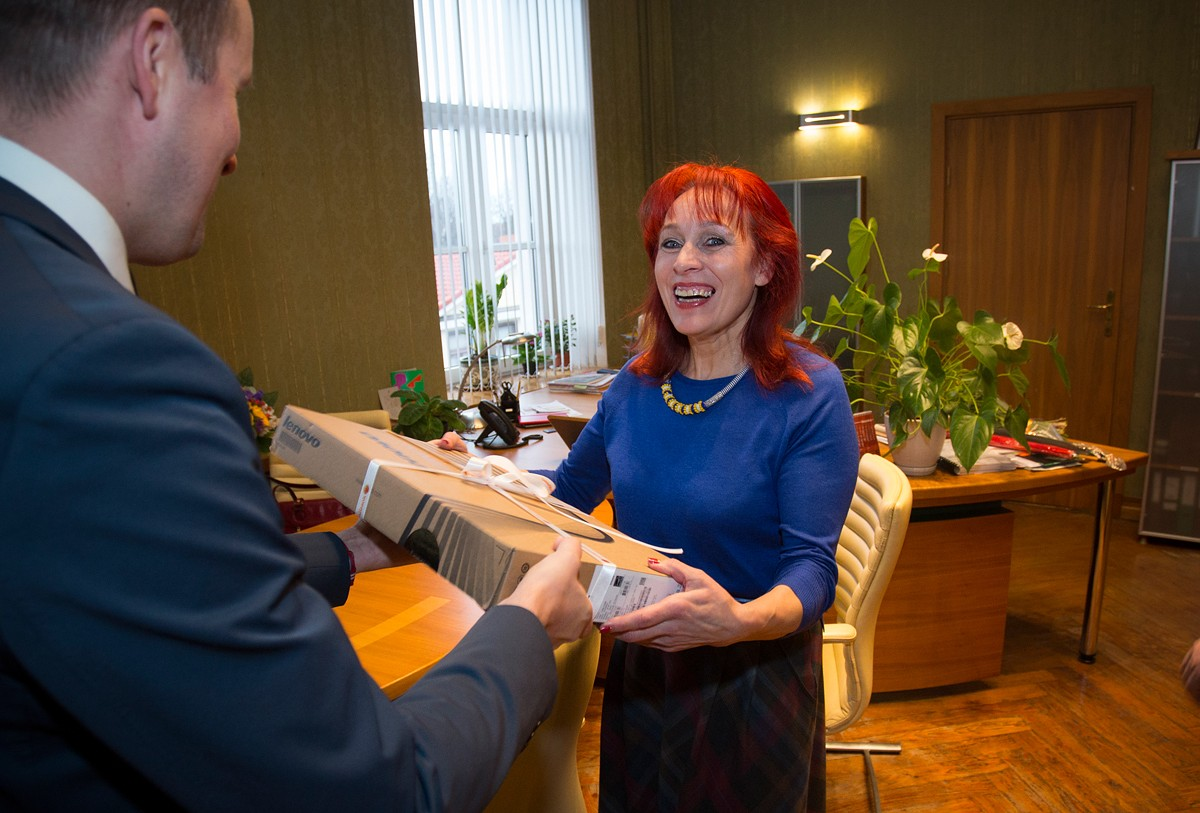 """Swedbank"" dāvina datoru sporta skolotājai Birutai Tjurinai"