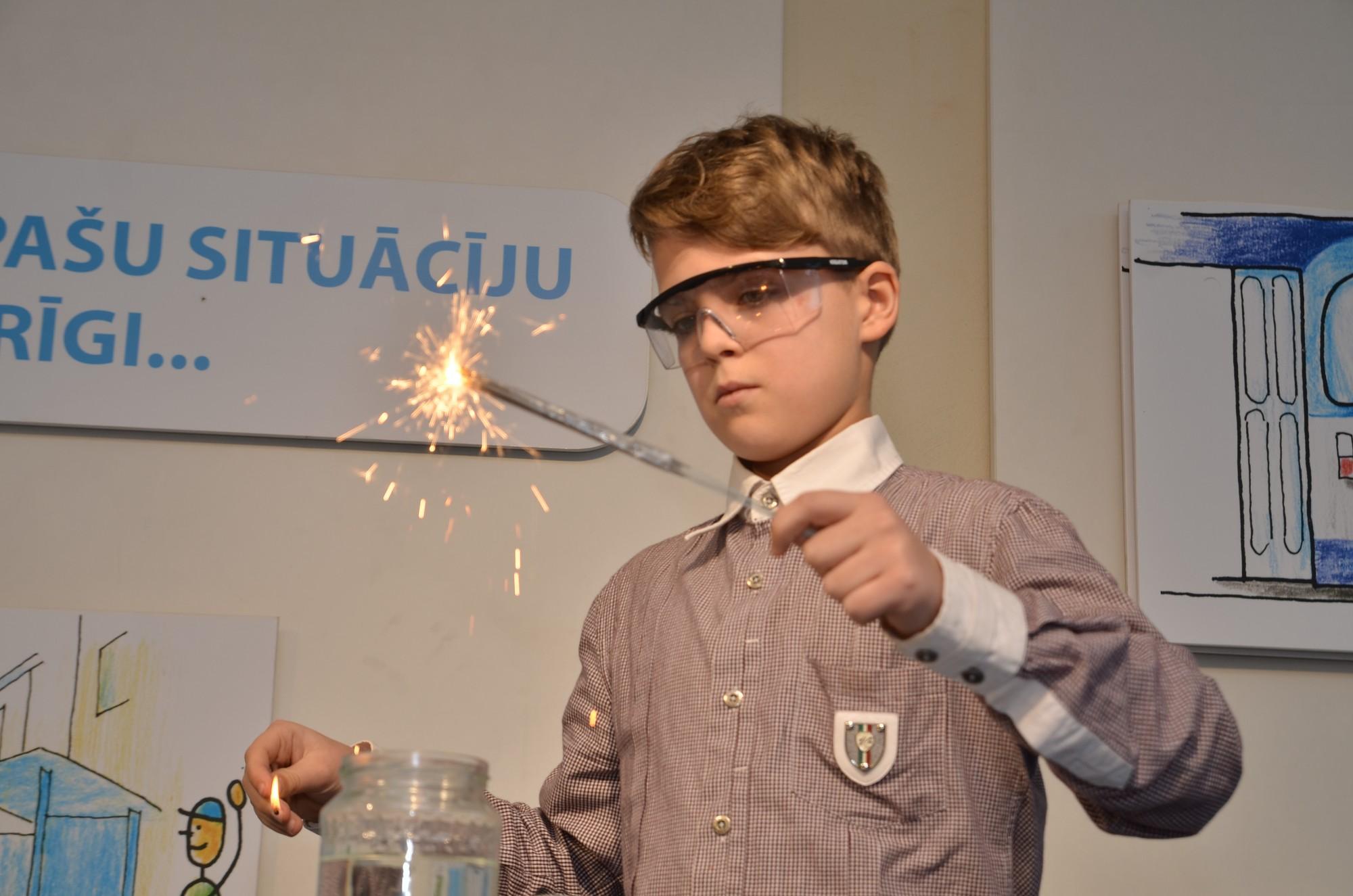 Skolēni demonstrē fizikas un ķīmijas eksperimentus