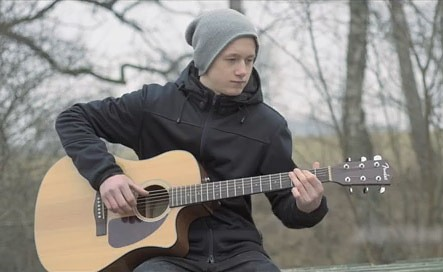 Aizputes jaunieši velta sirsnīgu dziesmu Mārtiņam Freimanim 40. dzimšanas dienā