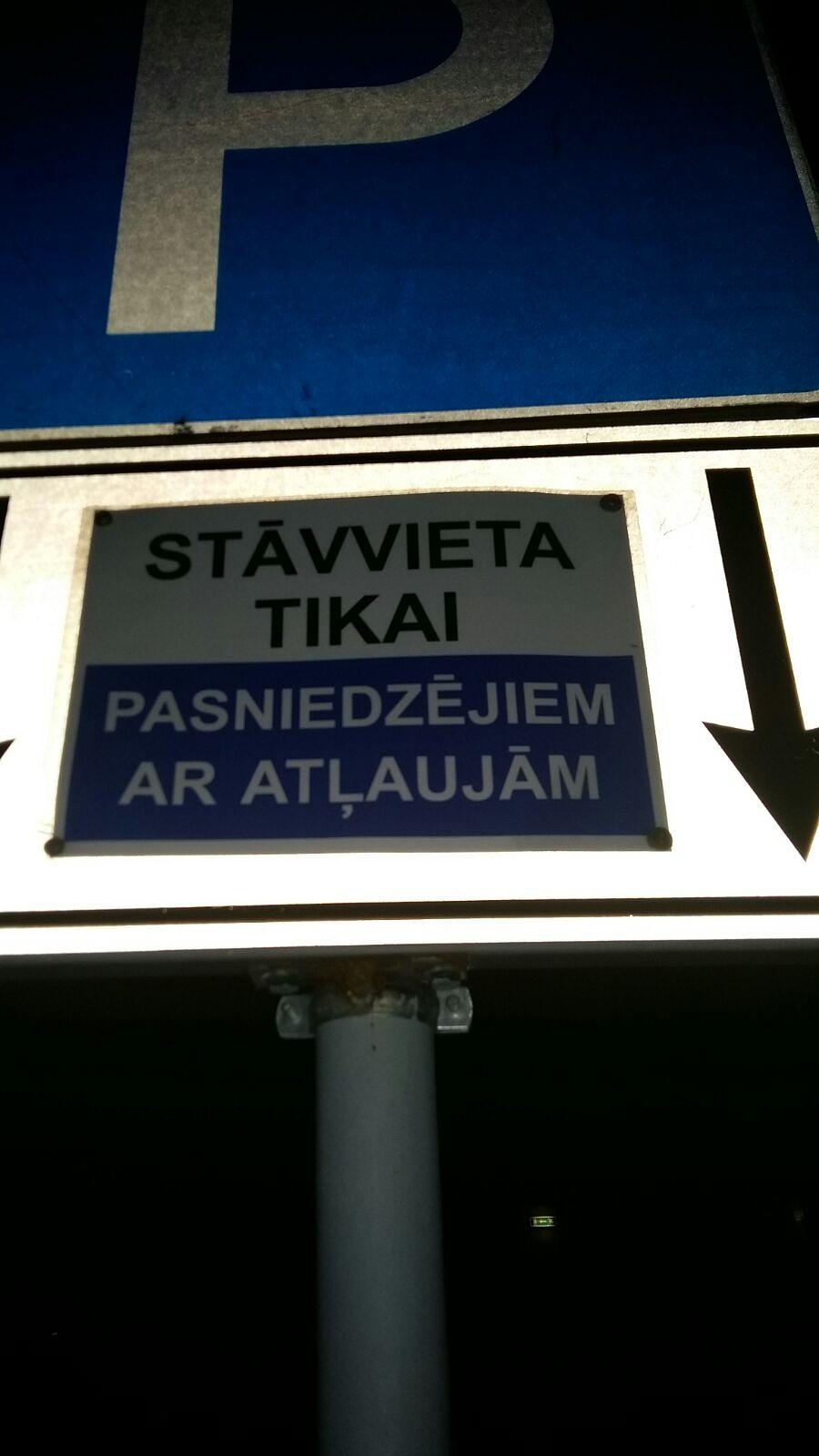 Pie mācību iestādes patvaļīgi uzstāda zīmi