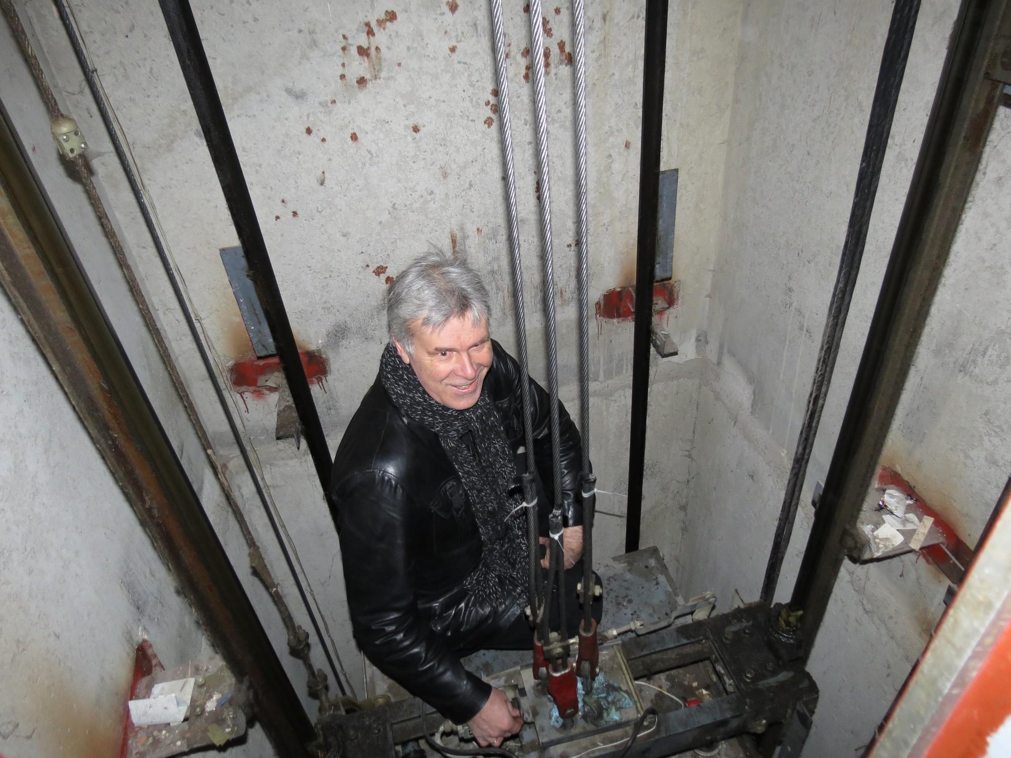 Mācās bez bojājumiem atbrīvot nosprūdušu liftu