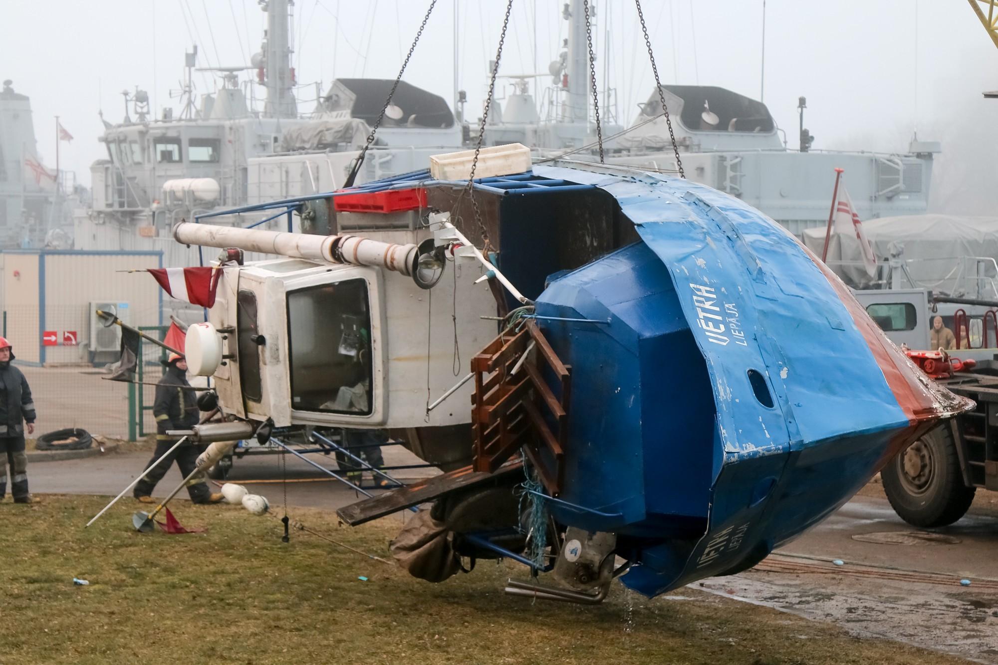 Papildināts (17:20) – Tirdzniecības kanālā nogrimušais zvejas kuģis izcelts