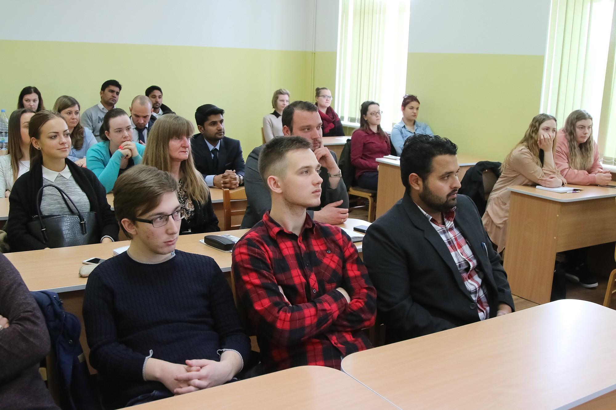 Studenti diskutē ar ASV vēstniecības vadītāju