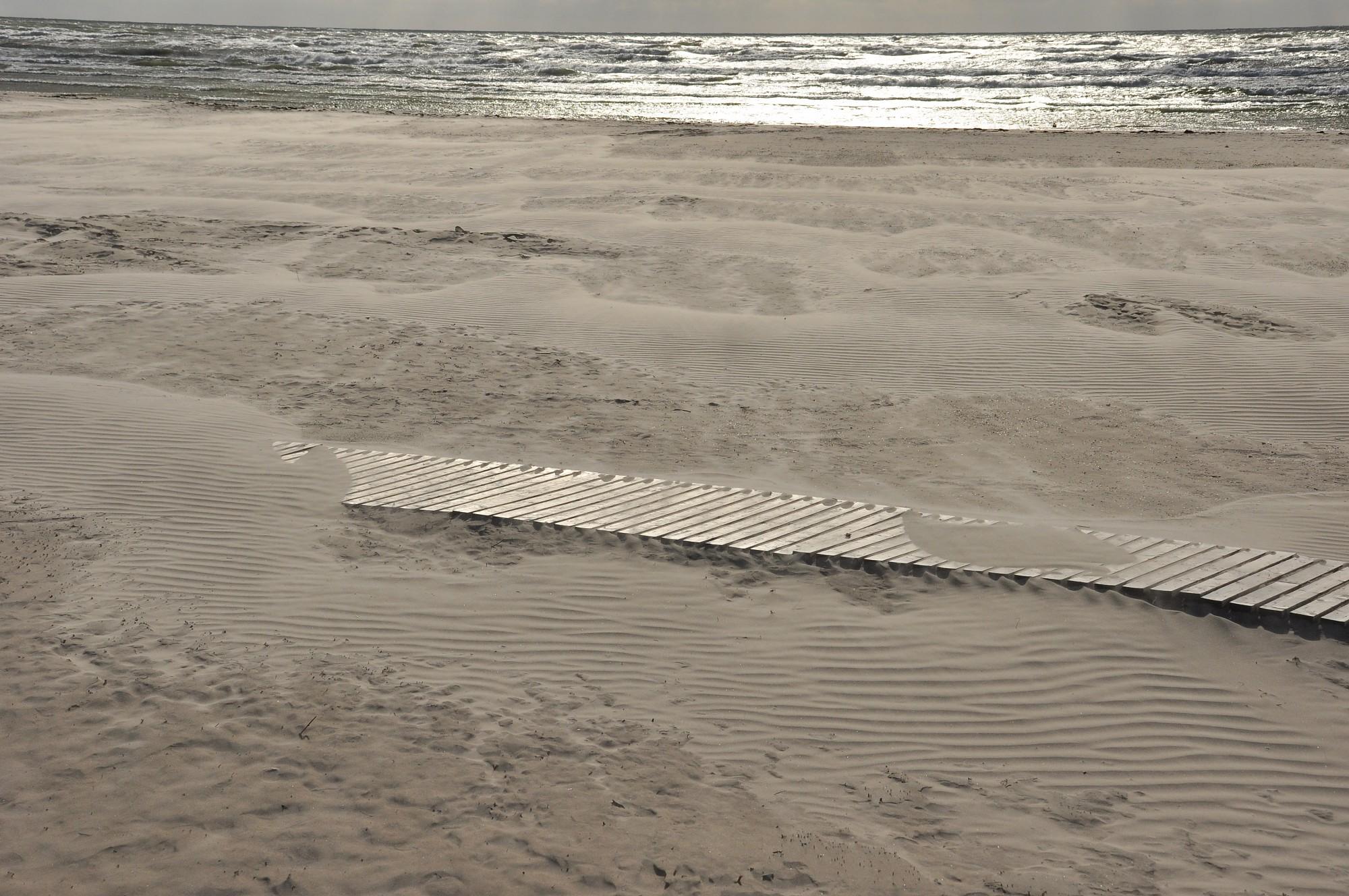 Liepājas pludmalē novērotas melnas smiltis
