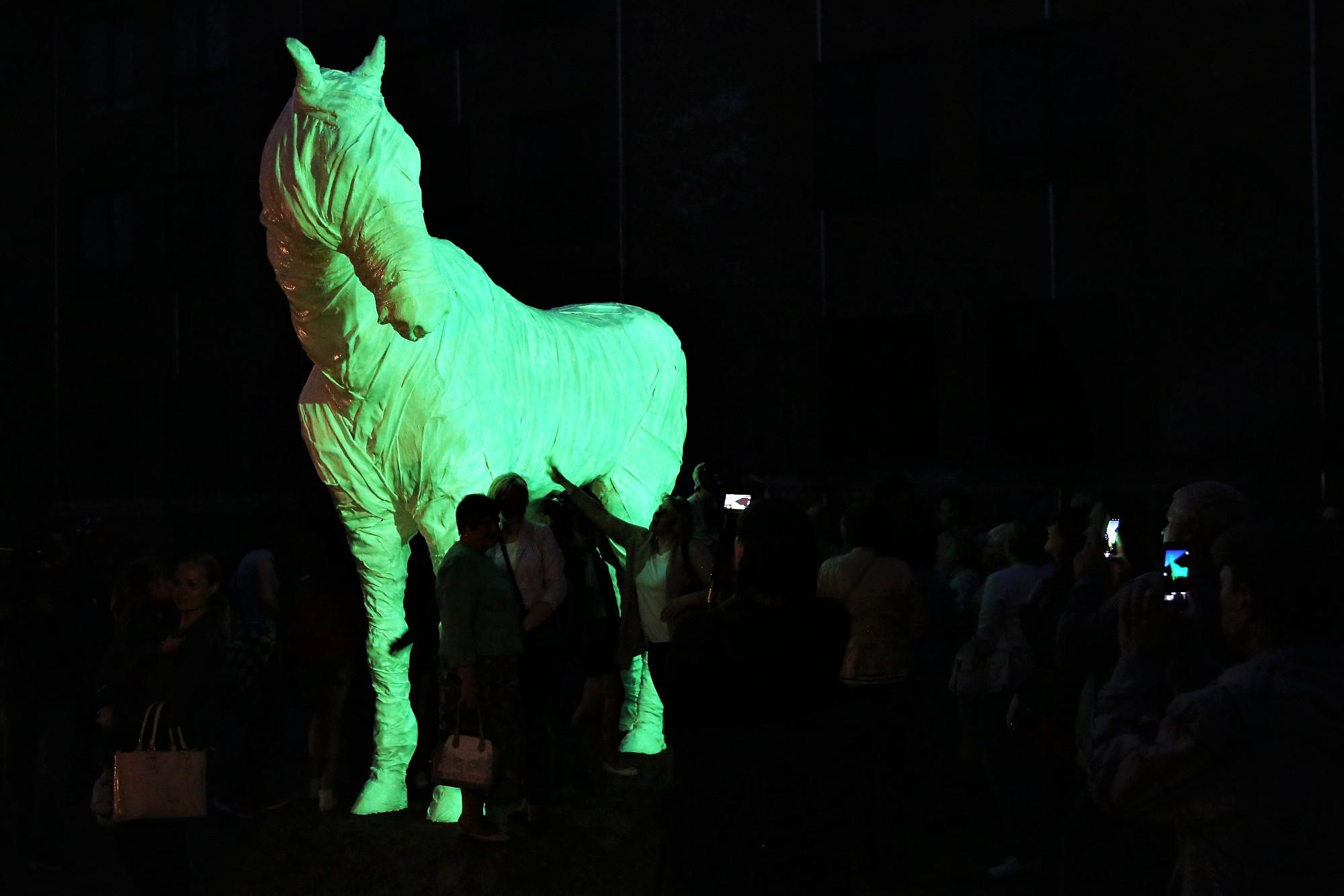 Svinīgi atklāts Rotko centra interaktīvais spoku zirgs